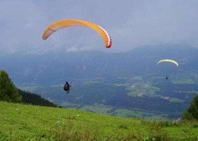 Kärnten - 2 Paragleiter über der Landschaft Kärntens