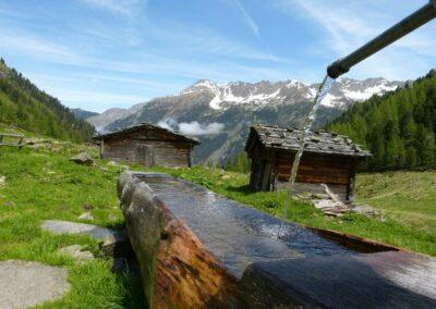 Kärnten - Holzbrunnen und Almhütten
