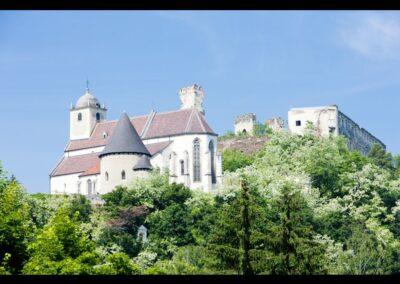 Niederösterreich - Gars am Kamp - Burgruine Gars so wie die Kirche St. Gertrud