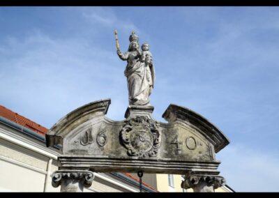 Niederösterreich - Pöchlarn - bekrönende Madonnen Statue am Marienbrunnen