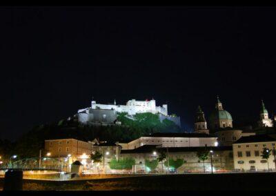 Sbg - Salzburg - Blick auf die Festung Hohensalzburg bei Nacht