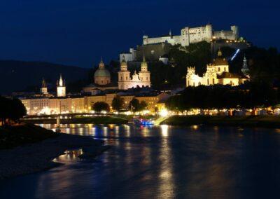 Sbg - Salzburg - Nachtaufnahme Altstadt mit Festung Hohensalzburg