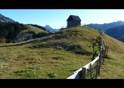 Tirol - Holzhütte in der Landschaft von Zöblen