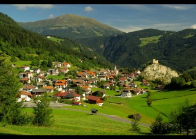Tirol - Ladis - Gemeinde und die Burg Laudeck