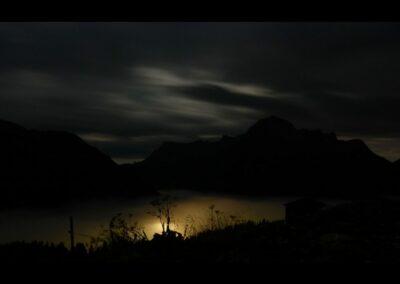 Bild zeigt: Lech - Nacht und Nebel üeber Lech am Arlberg