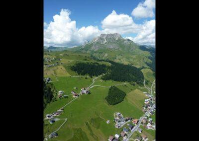Bild zeigt: Lech am Arlberg - Paragleiten üeber dem Ort