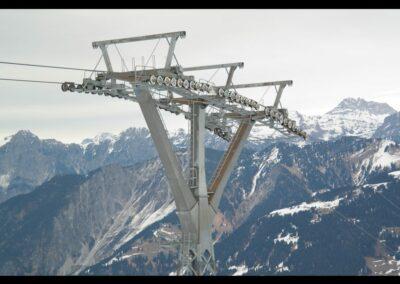 Bild zeigt: Seilbahnstütze im Skigebiet von Montafon