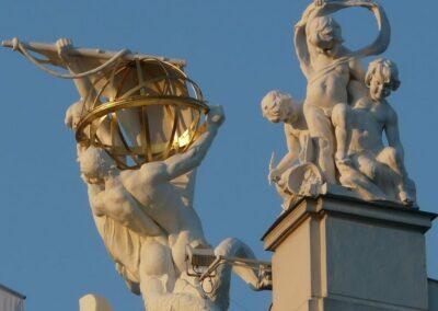 Bild zeigt: Wien - Dachfiguren in der Stadt